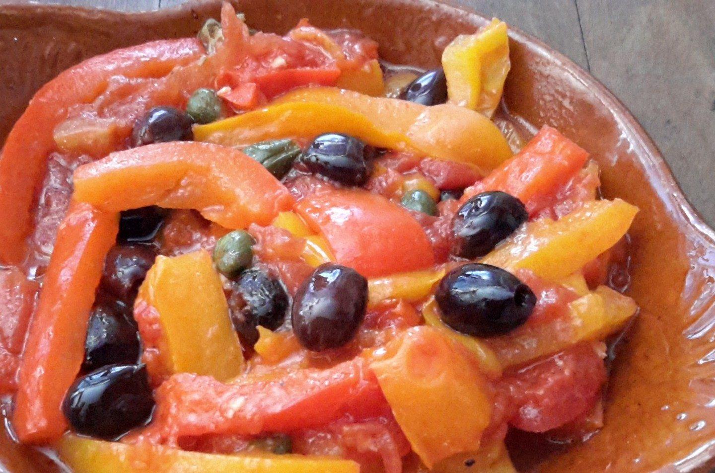 Gestoofde paprika op Pugliese wijze (peperonata Pugliese)