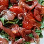 Salade van rucola, geroosterde tomaten en Parmaham (insalata di rucola, pomodori e prosciutto crudo)