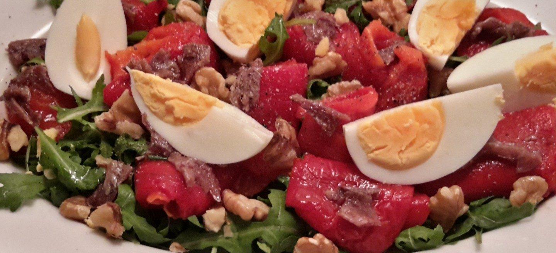 Salade met geroosterde paprika, ansjovis en walnoten (insalata di peperoni, acciughe e noci )