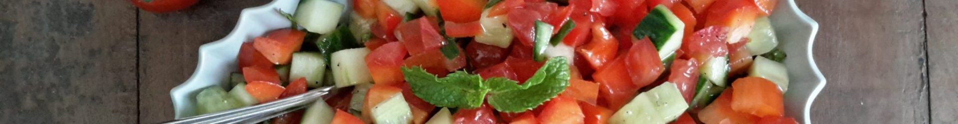 Frisse salade van tomaat, komkommer en paprika