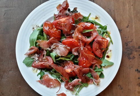 salade-van-rucola-geroosterde-tomaten-en-parmaham