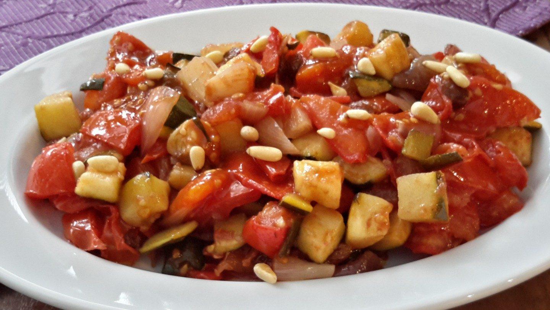 Zoetzure courgette met tomaat en ui (zucchine, pomodori e cippoline in agrodolce)